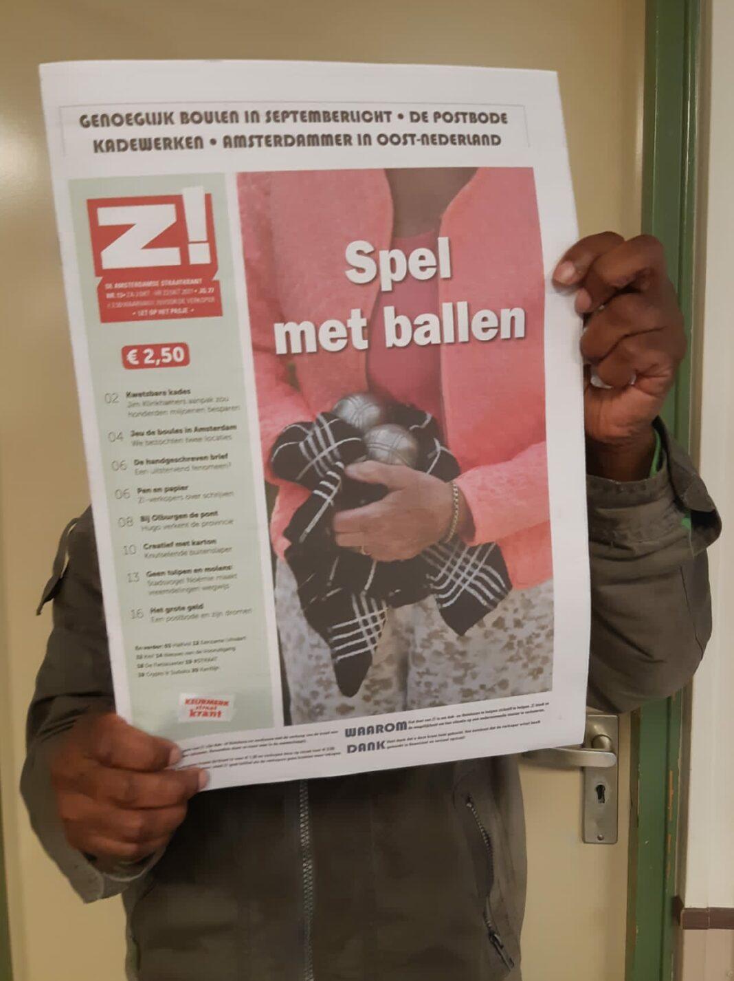 Een anonieme Z! verkoper met krant editie 13